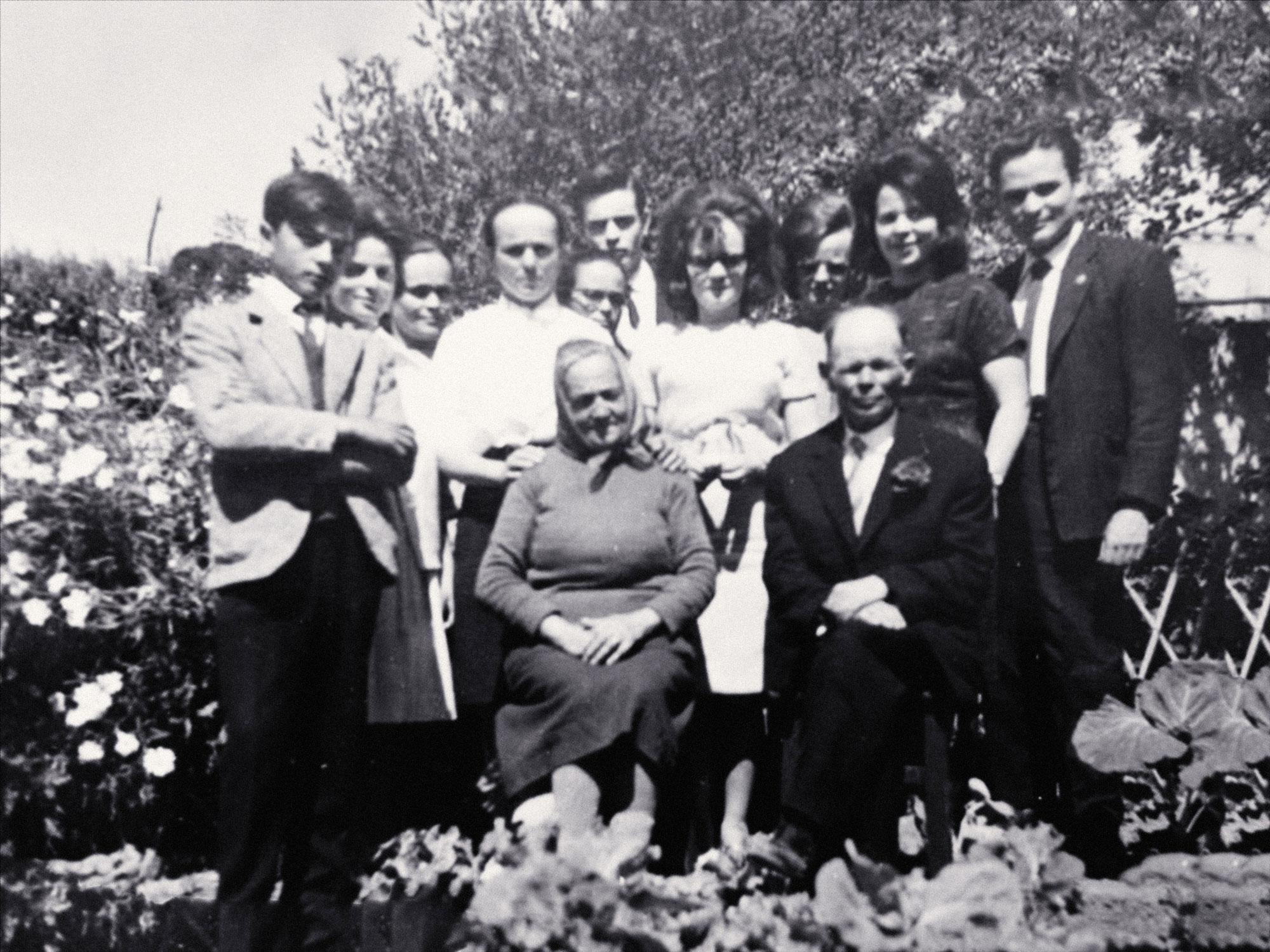 Família Serra, com João Serra e Júlia de Oliveira ao centro (s/a, A. S., s/d)