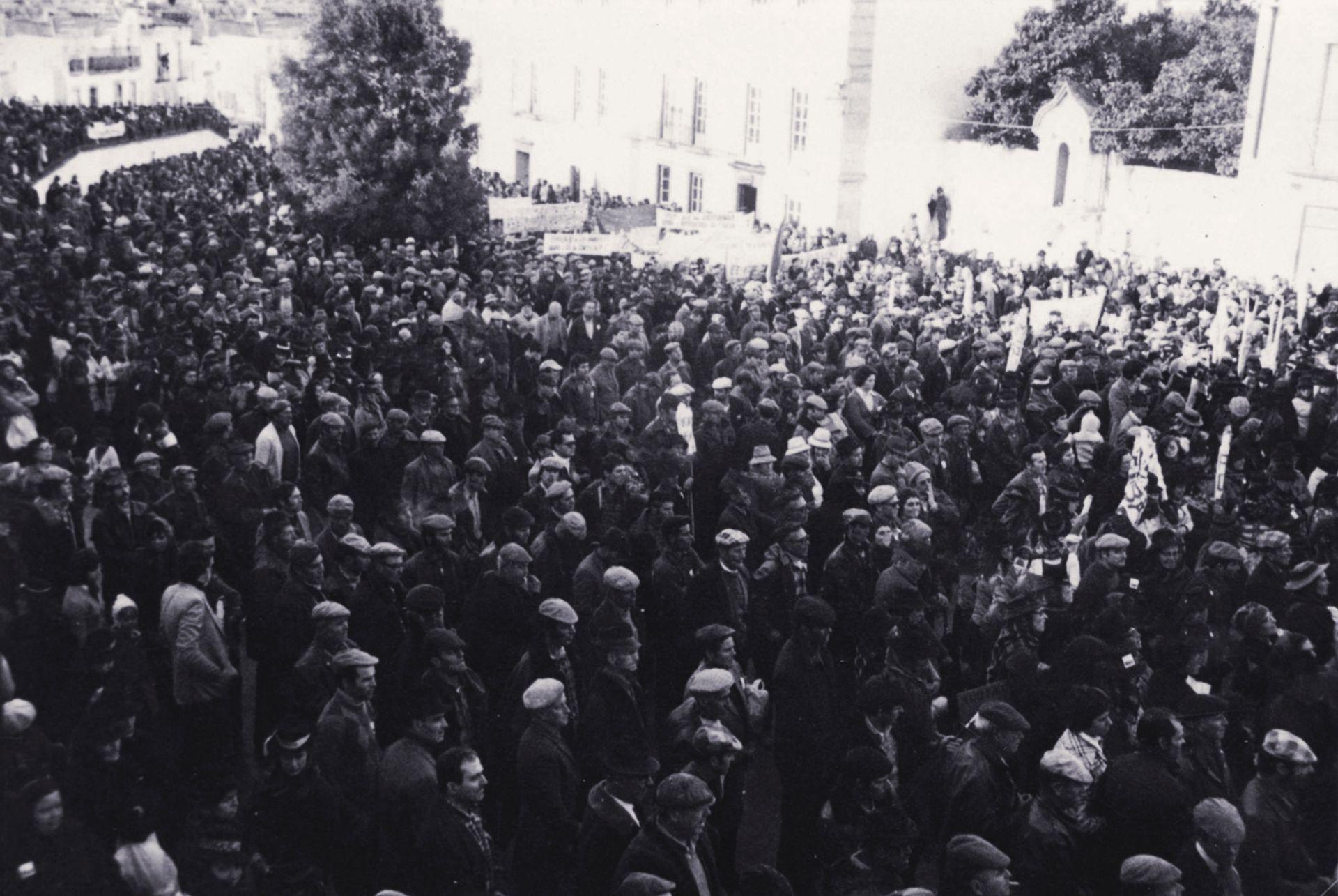 Foto de trabalhadores de Montemor-o-Novo nas ações de luta, Largo Paços do Concelho (s/a, CMMN...